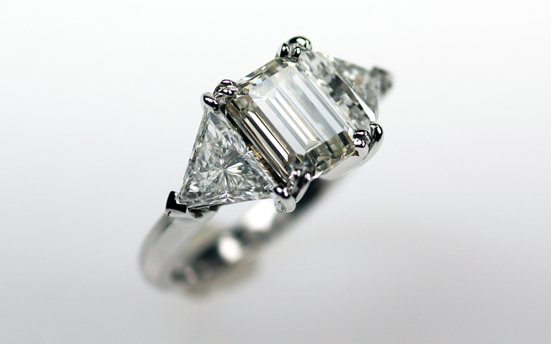 Solitair ring, met diamant in prinses vorm geslepen