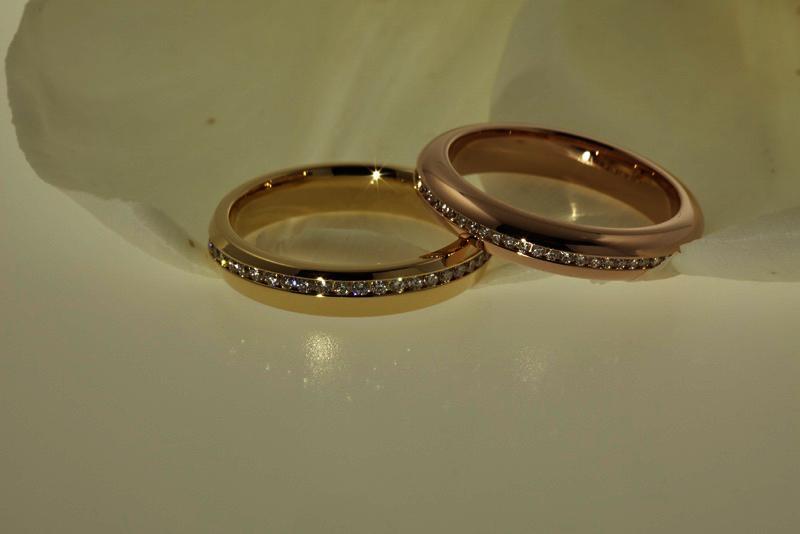 Exclusieve allianceringen, traditioneel geel goud, met diamanten.